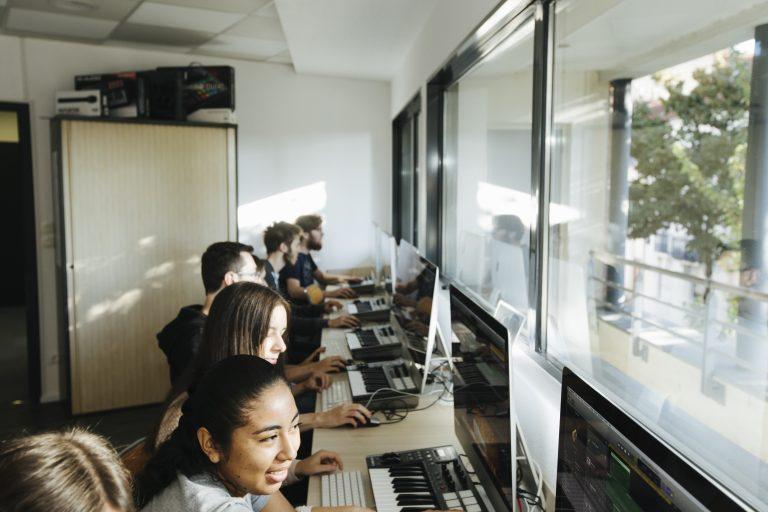 Etudiants devant les écrans salle motion design et son