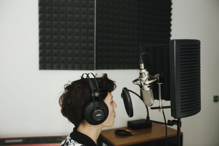 Studio enregistrement Pôle universitaire de Vichy - étudiante en cours d'enregistrement