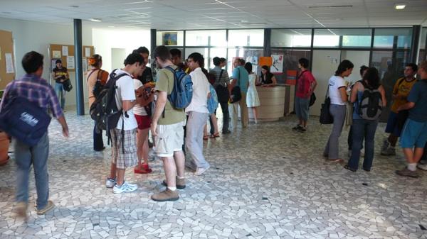 étudiants dans le hall du pôle universitaire de vichy